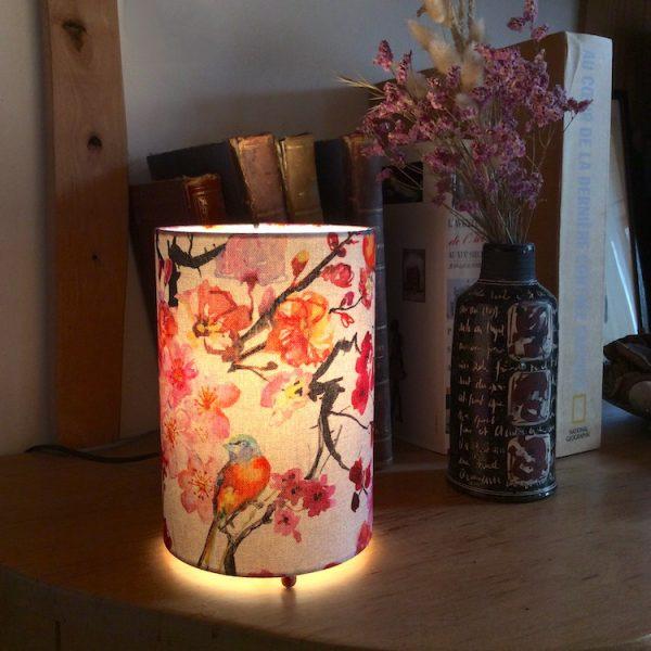 Lampe à poser cylindrique tissu en lin motif japonais fleurs de prunier on
